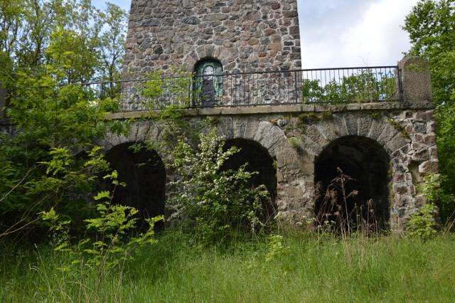 Wieża Bismarcka w Żaganiu jest wciąż dewastowana i zaśmiecana. Czy jest szansa na zagospodarowanie terenu?