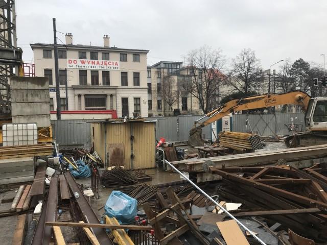 Waląca się kamienica w Katowicach. Inwestor wynajmie mieszkanie dla rodziny z psami