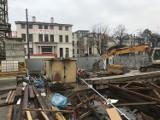 Waląca się kamienica w Katowicach. Inwestor, który buduje hotel wynajmie mieszkanie dla ewakuowanej rodziny z psami ZDJĘCIA