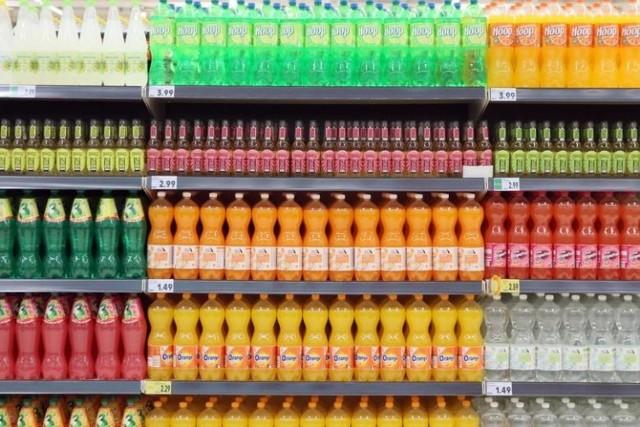 Choć podatek cukrowy zaledwie obowiązuje od paru dni, to już zaczęły rosnąć ceny napojów słodzonych. Drożeją zarówno napoje gazowane jak i bez gazu. W niektórych sklepach podwyżek jeszcze nie widać, gdyż sprzedają towar ze starych dostaw. Ceny zmienią się, gdy do tych placówek trafią napoje z nowych partii.  W jednej z dużych sieci sklepów za 1,75 litra napoju gazowanego o smaku pomarańczowym trzeba zapłacić już niemal 5,99 zł. Jeszcze niedawno za butelkę klienci płacili ok. 4,3 zł. Cena wzrosła przez nowy podatek i taniej już nie będzie.  Czytaj dalej