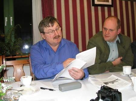 Opozycja chce donieść do prokuratury na Marka Jankowskiego, burmistrza Czerska. Na zdjęciu Henryk Mollin z PiS (po lewej) i Marek Pestka z PZCz. Fot. Maria Sowisło