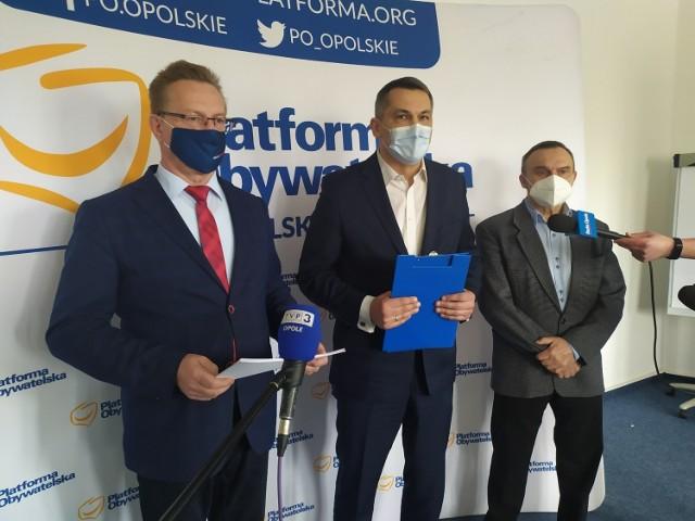 Posłowie Platformy Obywatelskiej - Ryszard Wilczyński, Tomasz Kostuś, Rajmund Miller na konferencji prasowej ws. pandemii koronawirusa w Polsce