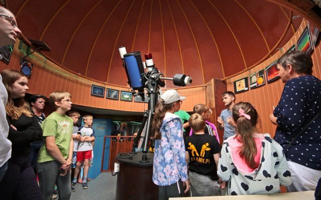 """We wtorek odbył się Poranek Astronomiczny z seansem w grudziądzkim planetarium pt. """"Powrót na Księżyc na dobre"""" oraz obserwacjami wybuchów na Słońcu przez przystosowany do tego teleskop. Zajęcia prowadził Grzegorz Rycyk."""