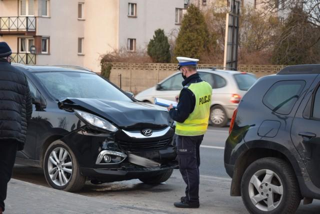 Zderzenie dwóch samochodów na ul. Popiełuszki w Wieluniu