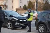 Zderzenie dwóch samochodów na ul. Popiełuszki w Wieluniu ZDJĘCIA