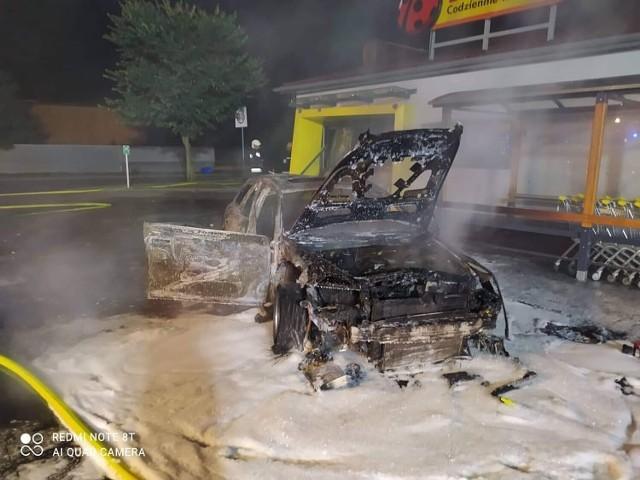 Bandyci po raz kolejny wysadzili w powietrze bankomat w Kwilczu. Oprócz tego zniszczyli także auto, którym przyjechali (23.09.2021).