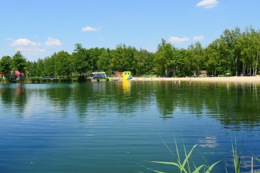 Najpiękniejsze kąpielisko w regionie! Wybierz się tu w ostatni weekend wakacji. Czyste jeziorko, plaża, bary i atrakcje dla dzieci [ZDJĘCIA]