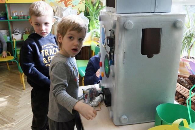 Obecnie do przedszkoli i żłobków można przyprowadzać dzieci nawet, jeśli ich domownicy są objęci kwarantanną