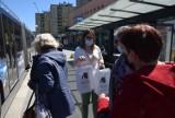 W Kielcach bibliotekarze rozdawali prezenty w autobusach miejskich [WIDEO, ZDJĘCIA]