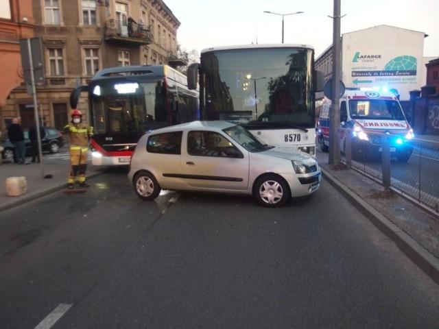 W Inowrocławiu autobus zderzył się z autem osobowym