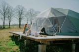 Niesamowite namioty sferyczne. Znajdziesz je w Nagodzicach niedaleko Międzylesia
