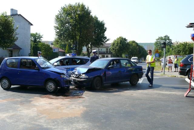 Skrzyżowanie jest zatarasowane po zderzeniu dwóch aut