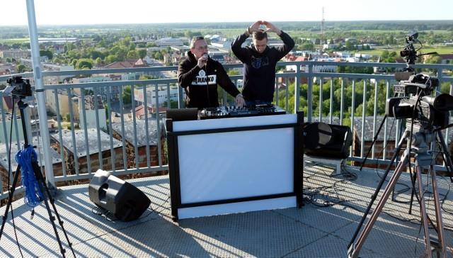 Kacper Ochendal i Marcin Bluhma zorganizowali specjalne granie z wieży zamku w Człuchowie.