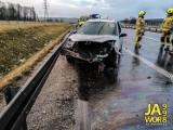 Wypadek na S3 pod Jaworem. Ford wylądował na przydrożnej barierce