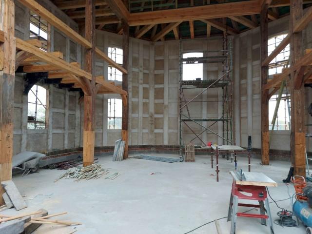 Trwa odbudowa dawnego kościoła ewangelickiego w Sierakowie. Wkrótce będzie gotowa wieża południowa budynku (zdjęcia z 19 i 29 kwietnia 2021 roku).
