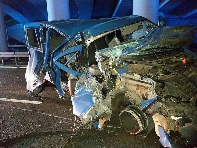 """Do wypadku doszło około czwartej w nocy pod jednym z wiaduktów na """"esce""""0. Na tył jadącej w kierunku Zielonej Góry ciężarowej scanii z naczepą najechał niebieski bus renault trafik. Jadący za nim kierowca białego busa marki mercedes także nie zdążył wyhamować i uderzył w renaulta."""