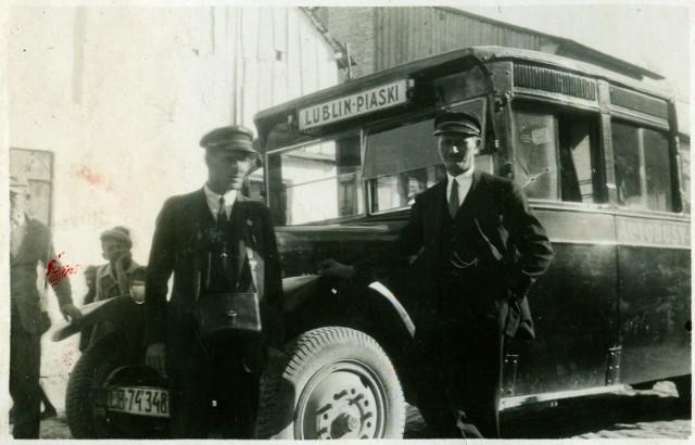 Widać, że ówcześni kierowcy autobusów musieli wyglądać elegancko