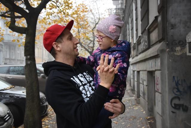 Wystarczy pobyć kilka chwil z Laurką i Marcinem Kuchnio, by zobaczyć, jak wielka jest miłość ojca do córki i nawzajem. To właśnie dla siedmiolatki pan Marcin organizuje koncert hiphopowy.
