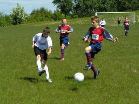 Piłkarze Salosu Chojnice, a właściwie Unia Klawkowo (jasne stroje), gładko pokonali Salos Bydgoszcz 4:0, ale awans im nie przysługiwał.