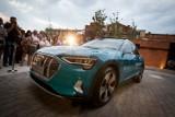 Audi e-tron na dziedzińcu hotelu Hampton by Hilton w Kaliszu i konferencja o elektromobilności. ZDJĘCIA