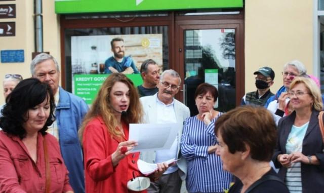"""Biblioteka  zaprosiła mieszkańców miasta na spacer """"Smak i zapach dawnego Inowrocławia"""". Ich przewodniczką była dr Katarzyna Podczaska (trzecia z lewej)"""