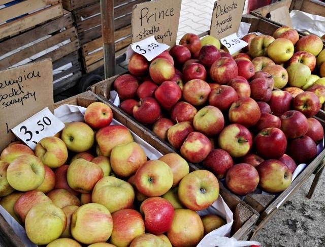 Świętokrzyski Ośrodek Doradztwa Rolniczego zanotował ceny targowiskowe z tygodnia 20-24.09.2021. Jabłka konsumpcyjne kosztowały w tym okresie od 1,50 do 3,50 zł/kg.