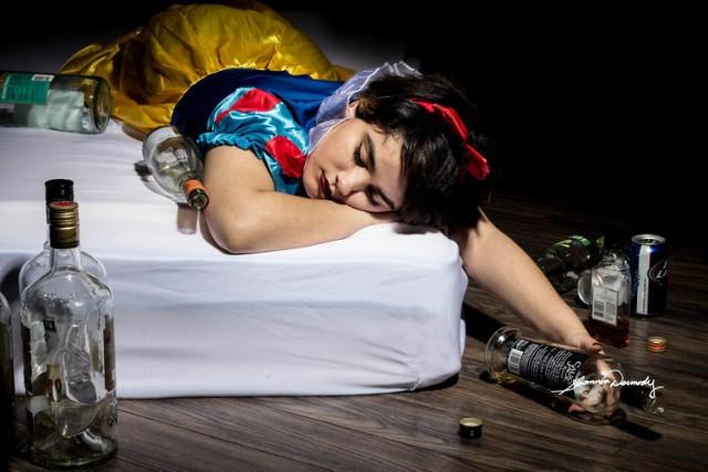 Księżniczki Disneya w prawdziwym życiu. Narkotyki, przemoc i gwałt. Zobacz poruszającą sesję