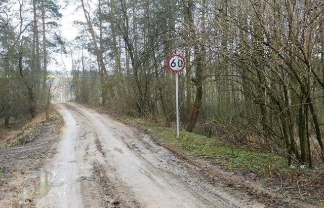 Każdego dnia przekonujemy się, że polscy kierowcy nie mają lekko. I chodzi nie tyle o dziurawe nawierzchnie, co sytuacje drogowe, w których na trasie spotykają m.in. wykluczające się znaki, nieprzemyślane nakazy i zakazy. Pomijamy już fakt, że często sugerując się tego typu znakami, zostajemy wyprowadzeni w (niekoniecznie) przysłowiowe pole. Panie i panowie, przed wami największe absurdy drogowe w kraju. Musicie przyznać, że trzeba mieć łeb, aby coś takiego wymyślić. Zobacz zdjęcia >>>  Zobacz również: Kierowca jechał pod prąd drogą S3, bo… nawigacja go tak poprowadziła: