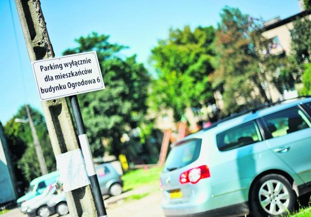 Tabliczka informuje, że mieszkańcy bloku nr 5 nie mogą korzystać z sąsiednich parkingów