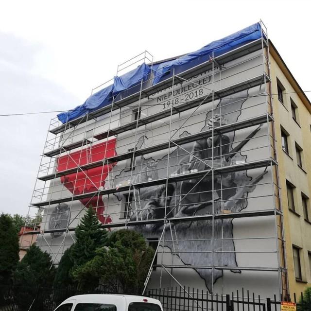 Ten patriotyczny mural jest największym w Wadowicach