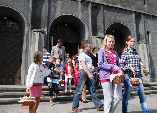 Świecenie pokarmów w kościele Świętej Barbary w Bytomiu