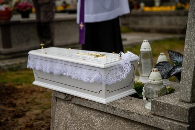 Dzisiaj w Zambrowie odbył się pogrzeb noworodka znalezionego w sortowni śmieci