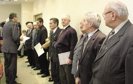 Dąbrowscy kombatanci zostali wczoraj mianowani na stopnie oficerskie.