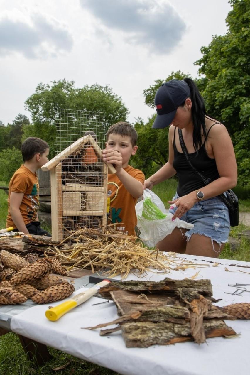 Dzieci i dorośli poznali życie pszczół i zbudowali domki dla...