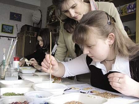 Małgorzata Satoła i Anna Kolasa podczas zajęćplastycznych.