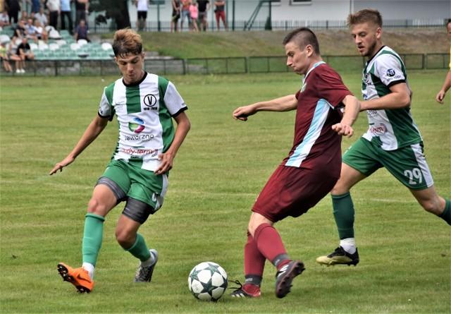 Chełmek (bordowe stroje) awansował do IV ligi małopolskiej