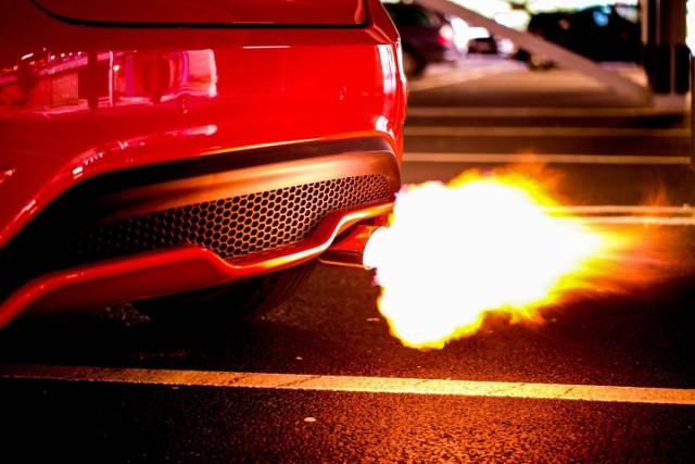 Najszybsze samochody świata potrafią jeździć z taką prędkością, jakiej wielu z nas nigdy nie uda się doświadczyć. Maksymalnie 140 km/h na autostradzie? To dla nich nic! Najszybsze auta na świecie potrafią pędzić o wiele szybciej. Zobacz 10 samochodów, które osiągają zawrotne prędkości!