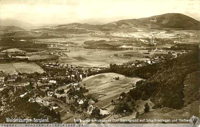 Lata 1925-1935 Zdjęcie lotnicze Wałbrzycha, na pierwszym planie ulica Świdnicka w dzielnicy Podgórze, wprawne oko zauważy szyb Powietrzny oraz szyb Staszic wraz z okalającą go linią kolejową, w tle zabudowania kopalni Wałbrzych wraz z górującym Chełmcem.