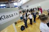 Rozpoczęcie roku szkolnego w Lublinie. Długie kolejki przed szkołami. Zobacz zdjęcia