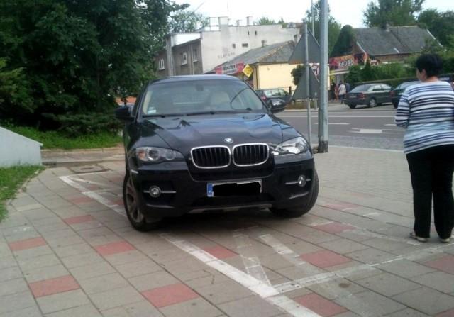 Terenowe BMW parkuje przed Hortexem na ul. Marii Curie-Skłodowskiej