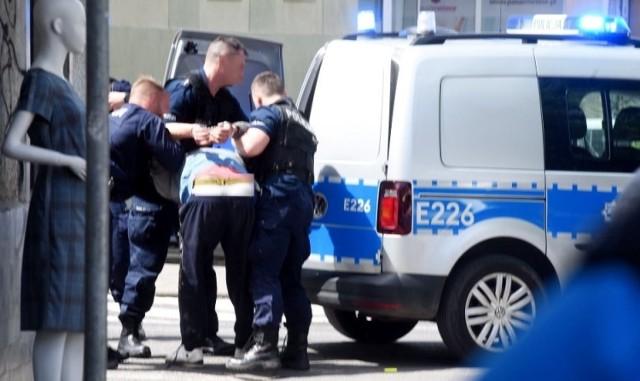 Poszukiwany mężczyzna próbował uniknąć zatrzymania i wyrwać się policjantom. Został zakuty w kajdanki i przewieziony do aresztu.  W piątek, 21 maja, policjanci patrolujący ulice Zielonej Góry rozpoznali mężczyznę poszukiwanego listem gończym. - Zaprosili go do radiowozu, gdzie został wylegitymowany. Mężczyzna miał być przewieziony do policyjnego aresztu - wyjaśnia podinsp. Małgorzata Barska, rzecznik prasowy zielonogórskiej policji. – W pewnym momencie zaczął się szarpać i próbował uciec. Funkcjonariusze poprosili o wsparcie – dodaje.  Niedoszły uciekinier został zakuty w kajdanki i przewieziony do aresztu. Okazało się, że jest poszukiwany do odbycia kary 20 dni pozbawienia wolności.   Wideo: Najpierw sklep, potem lodziarnia – policjanci z Zielonej Góry zatrzymali 32-letniego włamywacza. Nagranie z monitoringu   Czytaj także: Nocny pościg za skradzionym BMW w Zielonej Górze. Kierowca zatrzymany dzięki policyjnej blokadzie. Zobacz zdjęcia i film z akcji