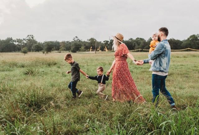 Rodzinny kapitał opiekuńczy to pomoc od państwa dla rodzin z dziećmi w ramach nowego programu Polski Ład. Kapitał ma wypełnić lukę między zakończeniem urlopu macierzyńskiego a objęciem dziecka edukacją przedszkolną. Ma wesprzeć finansowo rodziców w zorganizowaniu opieki nad dzieckiem. Ale kapitał będzie mógł być wypłacany także na starsze dzieci.  Rodzinny kapitał opiekuńczy ma przysługiwać bez względu na dochód osiągany przez rodzinę. Świadczenie to będzie nieopodatkowane i niewliczane do dochodu rodziny przy ustalaniu prawa do innych świadczeń.   Sprawdź, co trzeba wiedzieć o świadczeniu  Przesuwaj zdjęcia w prawo - naciśnij strzałkę lub przycisk NASTĘPNE