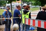 Ludzkie szczątki na terenie oleśnickiego skweru. Na miejscu pracują policjanci