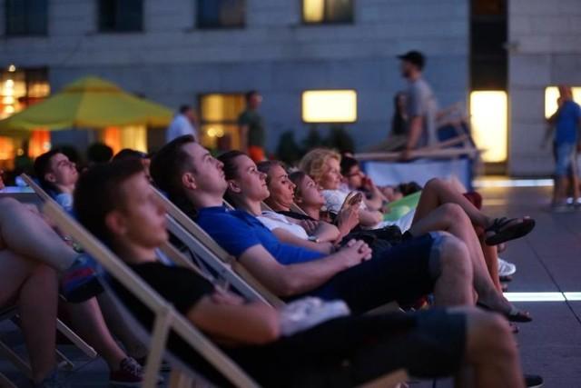 W wakacje w Krakowie kinomaniacy mogą obejrzeć mnóstwo filmów w promocyjnych cenach albo za darmo w kinach letnich