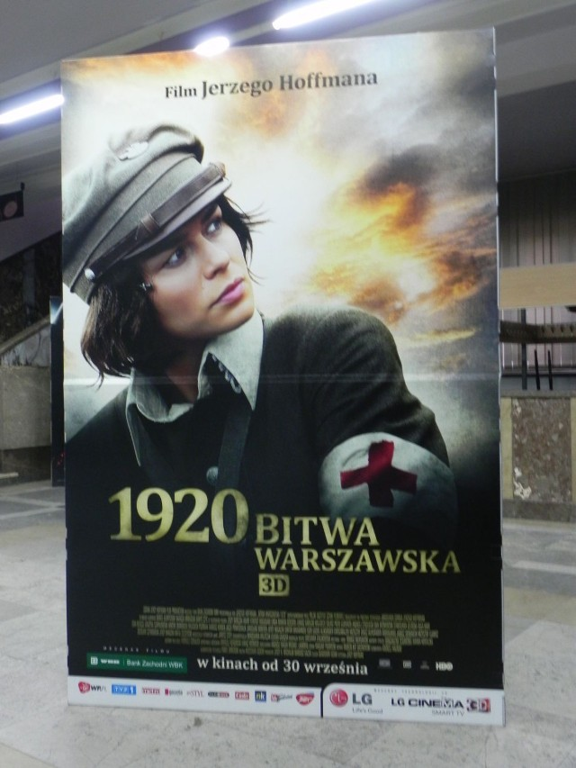 """Plakat najnowszego filmu Jerzego Hoffmana w holu kina """"Etiuda"""" w Ostrowcu Świętokrzyskim."""