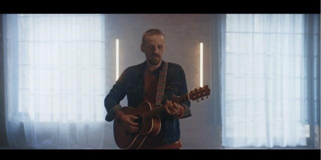 """Paweł Domagała prezentuje klip do piosenki """"Milcz"""" z najnowszej płyty """"Wracaj"""". Utwór zapowiada nowy film """"Na chwilę, na zawsze"""" [WIDEO]"""