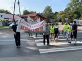 Mieszkańcy blokowali drogę w Holendrach. Domagają się budowy chodnika ZDJĘCIA