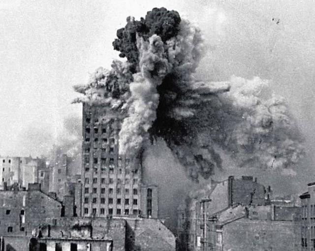 """Prudential, najwyższy budynek Warszawy, trafiony """"latającą krową"""""""