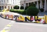 Ogródki wrócą na jezdnię. Na placu Zbawiciela pojawiły się kolorowe bariery