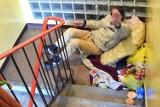 Bezdomny mieszka od lat na klatce schodowej bloku w Kielcach! Nikt nie ma sposobu na jego usunięcie. Sąsiedzi boją się o swoje życie